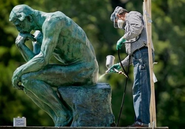 18 Невероятно Забавни Снимки На Хора, Позиращи Със Статуи 35