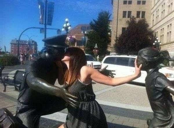 18 Невероятно Забавни Снимки На Хора, Позиращи Със Статуи 34