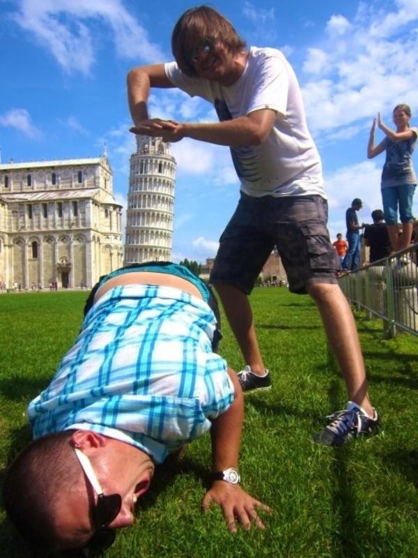 18 Невероятно Забавни Снимки На Хора, Позиращи Със Статуи 8