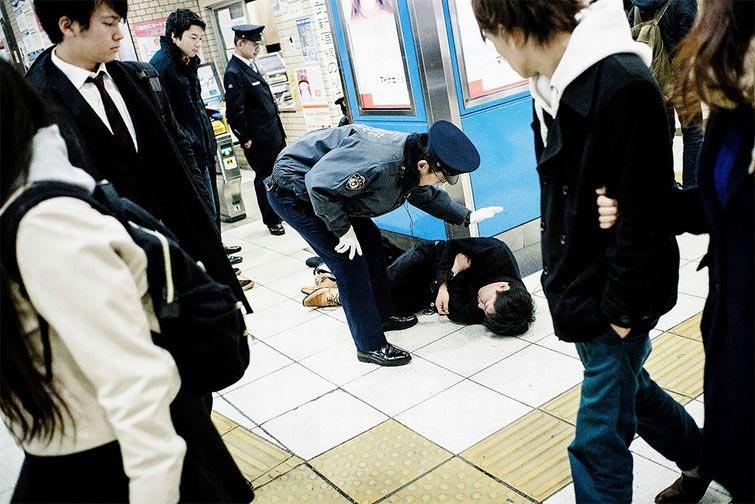 Фотограф Снима Японските Пияници, Които Спят По Улиците На Токио 17