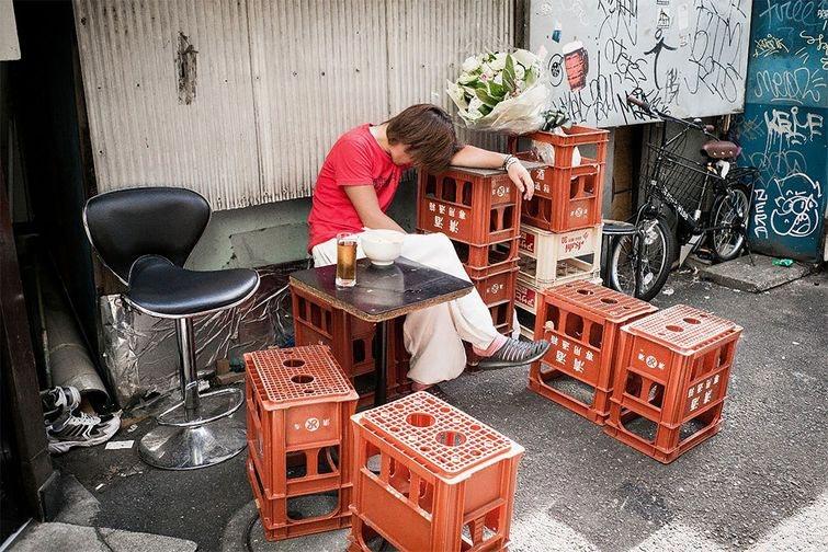 Фотограф Снима Японските Пияници, Които Спят По Улиците На Токио 18