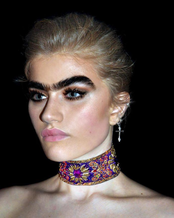 Модел С Една Вежда Отхвърли Стереотипа За Красота И Взриви Интернет 15