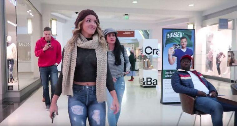 Тази жена се разходи чисто гола в мола.. Вижте реакциите на хората.. 59