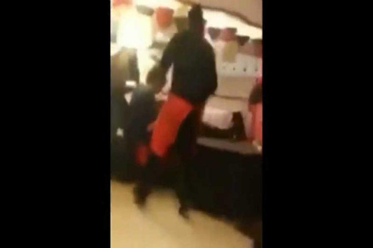 Този мъж реши да скъса с приятелката си на обществено място, но реакцията и.. 60