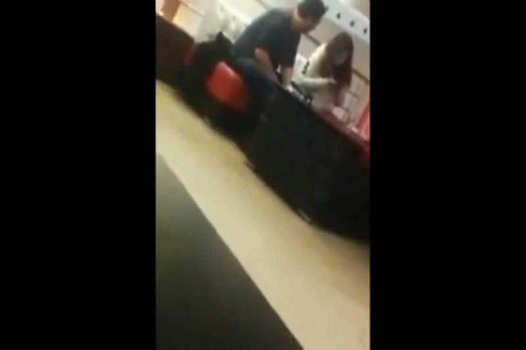 Този мъж реши да скъса с приятелката си на обществено място, но реакцията и.. 56