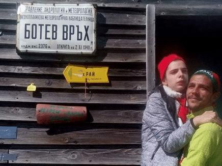 18-годишната Теди не може да ходи! За това нейният брат я качи на връх Ботев на ръце, за да я зарадва! 54