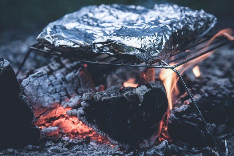 Всички увиваме храната си в алуминиево фолио преди печене, без да подозираме какъв проблем е! 58