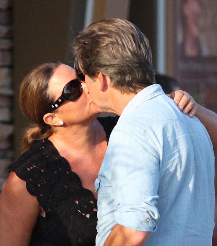 Джеймс Бонд все още е лудо влюбен жена си след 25 години брак (СНИМКИ) 63