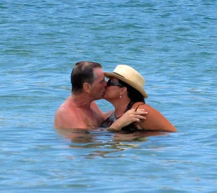 Джеймс Бонд все още е лудо влюбен жена си след 25 години брак (СНИМКИ) 66