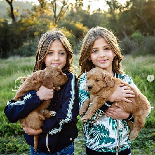 Близначките, смятани за наричани едни от най-красивите момичета на света (СНИМКИ) 56