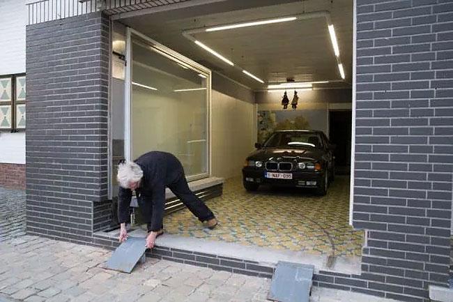 Забраниха му да постави гаражна врата, затова той надхитри системата (СНИМКИ) 21