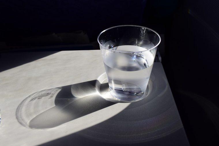 Не забравяйте да си оставяте по една чаша вода до леглото за през ноща 56