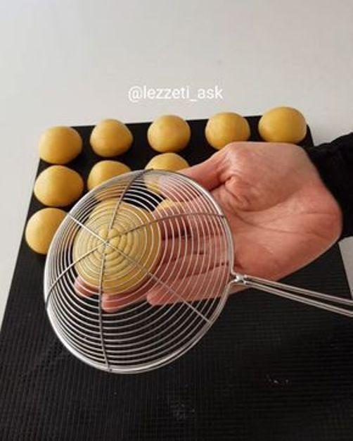 Оформете сладките с подръчни средства: сито, преса за чесън, дори гребен! 65