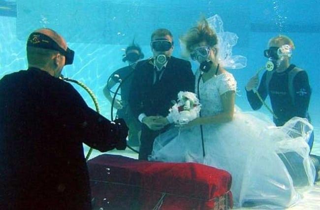 Нетрадиционна сватба върху крило на самолет и под водата 58