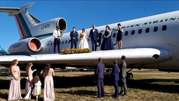 Нетрадиционна сватба върху крило на самолет и под водата 56
