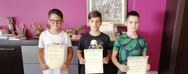 3-ма млади ученици намериха портфейл пълен с пари и документи и го върнаха 56